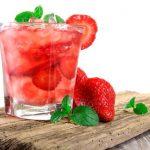 Agua de fresas y albahaca