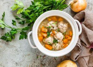 Sopa con pelota vegana